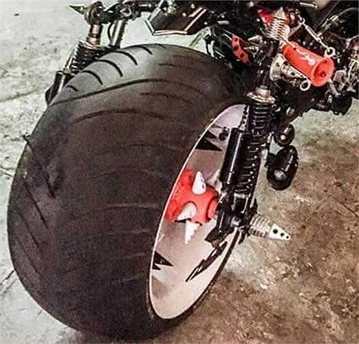 Lốp lớn cả trước và sau khiến cho chiếc xế độ trông khá lạ lẫm.