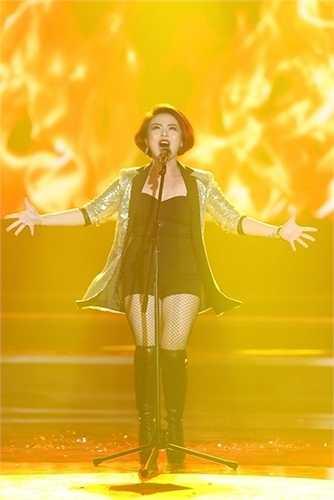 Hải Yến Idol cũng diện một trang phục tương tự nhưng bộ đồ này khiến cô lộ khuyết điểm chân ngắn và thân hình thiếu thon thả.  (Trung Ngạn)