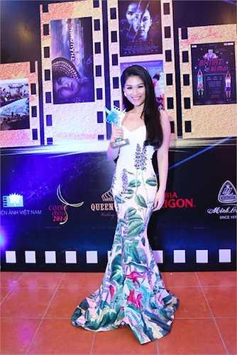 Ngọc Thanh Tâm diện một thiết kế đuôi cá cúp ngực độc đáo.