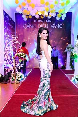 Gần đây, 'con gái nuôi Đàm Vĩnh Hưng' liên tục đầu tư váy áo hàng hiệu và ngày càng trở nên đẹp hơn trong mắt công chúng.