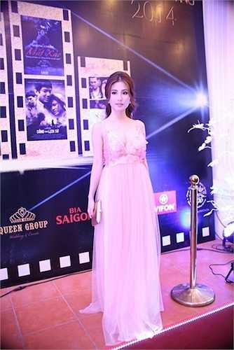 Cô diện trang phục màu hồng ngọt ngào với phần cổ chữ V khá sâu.