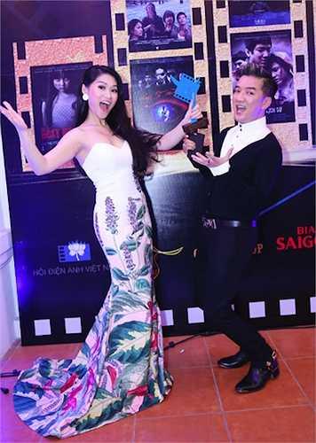 Nam ca sỹ cũng không sợ mất hình tượng 'quý ông', hồn nhiên nhí nhảnh chúc mừng 'con gái nuôi' Ngọc Thanh Tâm.