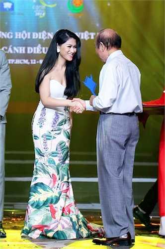 Cô không giấu nổi niềm hạnh phúc khi nhận được giải thưởng quan trọng của giới chuyên môn trong sự nghiệp diễn xuất.