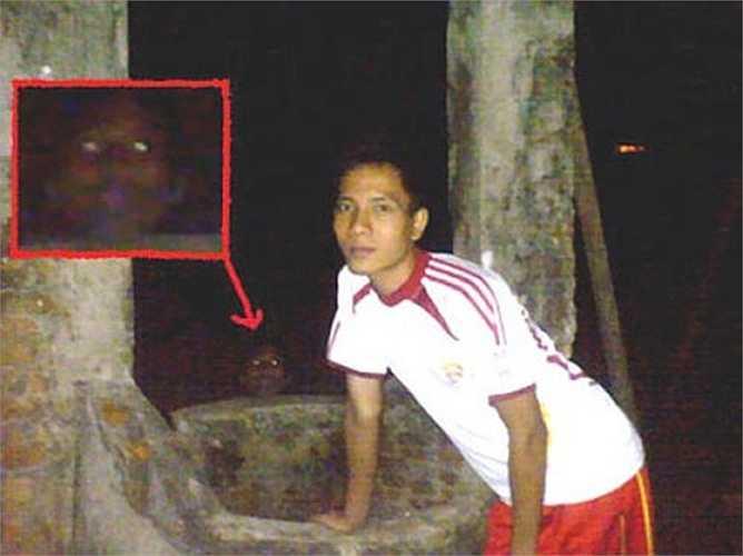 Hãi hùng gương mặt của một 'con ma' ở phía bên cạnh người đàn ông trong bức ảnh