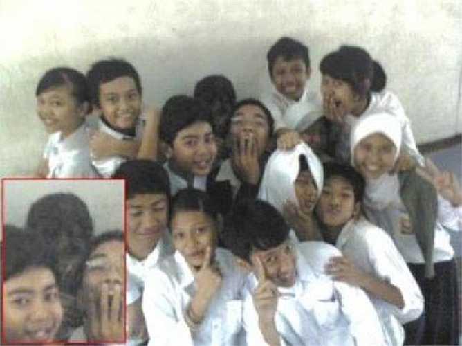 Bóng đen ghê rợn xuất hiện lù lù giữa đám đông học sinh đang chụp ảnh