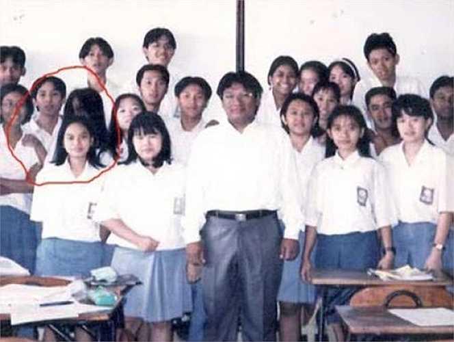 Thêm một bóng đen lông lá xuất hiện giữa đám đông học sinh mặc đồng phục trắng