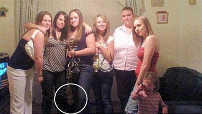 Một con ma xuất hiện ngay dưới chân những người này. Bức ảnh được chụp từ điện thoại bởi cậu bé 17 tuổi Matthew Summers
