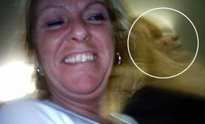 Mái tóc của người phụ nữ này như tạo ra một hình ảnh khác lạ hay một khuôn mặt kỳ dị đã xuất hiện?