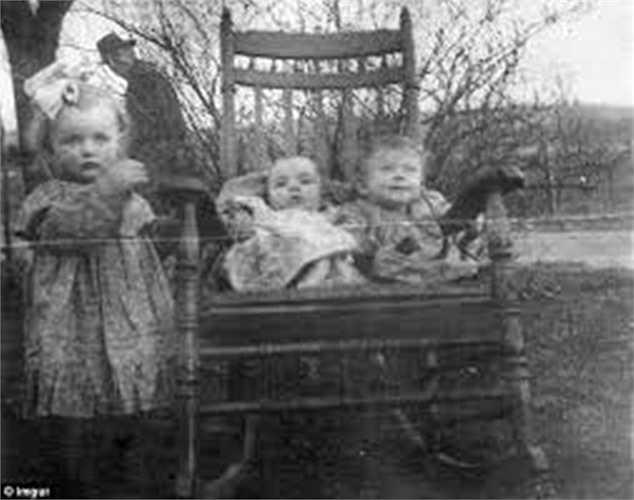 Một bóng ma người đàn ông bí ẩn ở phía sau lưng ba đứa trẻ trong bức hình