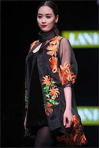 Vẫn giữ nguyên tinh thần tơ lụa và những họa tiết được thêu bằng tay, tinh xảo công phu, NTK Lan Hương đã thổi hồn vào BST thu đông 2015 một khuynh hướng và phong cách thời trang rất mới lạ khác với hình ảnh luôn xuất hiện với áo dài của Lan Hương trước đây.