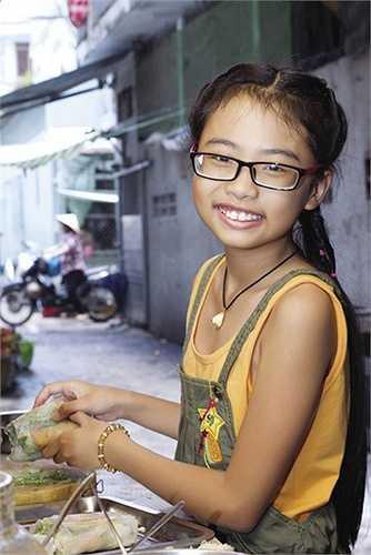 Từ nhỏ, cô bé Mỹ Chi đã sớm ý thức được tình hình khó khăn kinh tế trong gia đình và thường phụ mẹ bán hàng sau giờ lên lớp.