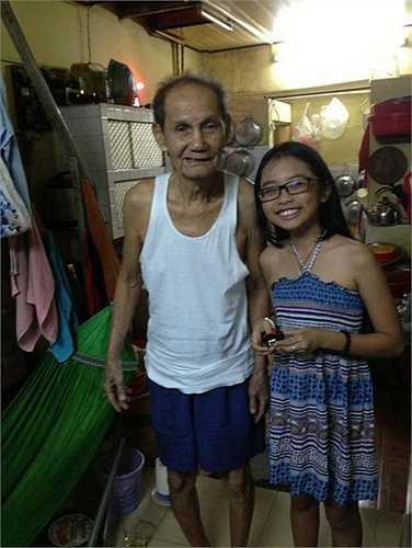 Mỹ Chi chụp ảnh cùng ông ngoại trong căn nhà nhỏ