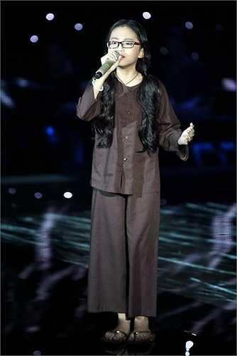 Cô bé Mỹ Chi chân quê trong tà áo bà ba trên sân khấu…