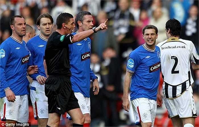 Kevin Thomson không giữ được bình tĩnh sau một tình huống xoạc bóng và nhận thẻ đỏ