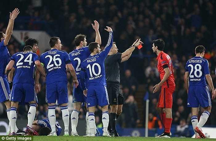 Sau 30 phút thi đấu, Ibrahimovic bị đuổi vì pha xoạc bóng ác ý