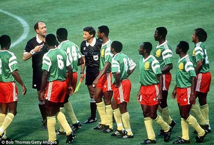 Gặp ĐKVĐ thế giới lúc đó, ĐT Argentina, Cameroon gặp bất lợi lớn khi phải chơi thiếu người