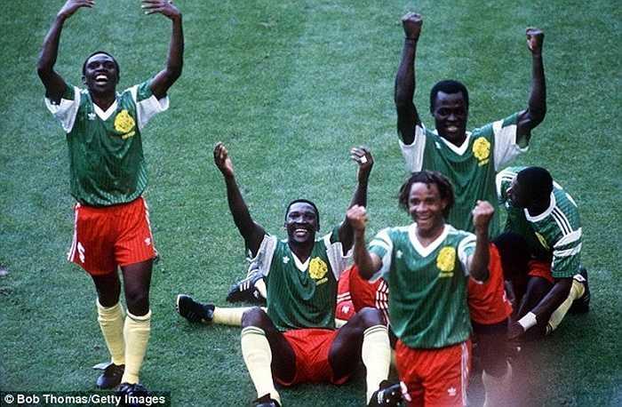 Nhưng những chú sư tử bất khuất đã khiến cả thế giới ngả mũ khi vượt qua đội bóng xứ tango trong trận khai mạc World Cup 1990. Đó được coi là trận đấu lịch sử của những lần các đội bóng rơi vào thế 10 chống 11