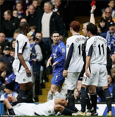 Maniche dính thẻ đỏ, và ngay sau đó Chelsea bị West Ham dẫn 1 bàn hồi năm 2006
