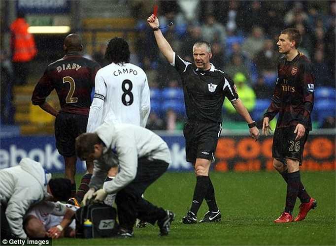 Diaby chịu cảnh đi tắm sớm khi rời sân trong trận derby London với Bolton