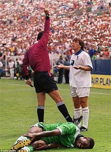 Ở vòng 16 đội World Cup 1994, Italia gặp hiện tượng Nigeria. Zola trận đó cũng lập kỷ lục khi bị đuổi sau khi vào sân từ ghế dự bị được 12 phút
