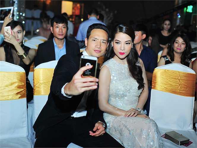 'Cặp đôi tin đồn' chụp ảnh tự sướng cùng nhau trước khi buổi lễ diễn ra.