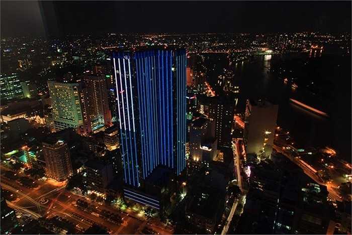 7. Saigon Times Square. Địa điểm: TP HCM Chiều cao: 163,5 m. Là một trong những toà nhà sặc sỡ nhất TP HCM vào ban đêm, Saigon Times Square nằm trên khu đất thuộc hàng đắt đỏ nhất thành phố. Tòa nhà  là một tổ hợp bao gồm các quán bar sang chảnh, nhà hàng, văn phòng, nhà ở và khách sạn 5 sao.