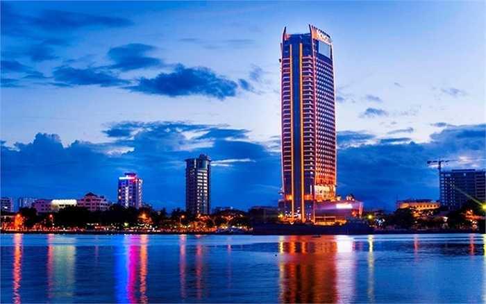 8. Khách sạn Novotel Đà Nẵng Premier Hàn River. Địa điểm: Đà Nẵng Chiều cao: 155,4 m. Khai trương đúng vào dịp kỷ niệm ngày thống nhất đất nước năm 2013, toà nhà cao 37 tầng này được đánh giá như một trong những điểm nhấn của thành phố Đà Nẵng.