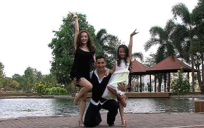 Cặp đôi Angela Phương Trinh và Kris sẽ được quán quân Bước nhảy hoàn vũ Nhí, Linh Hoa hỗ trợ. Cô hóa thân thành thành cô con gái đáng yêu và đảm đang của chị Dậu trong bộ phim cùng tên.