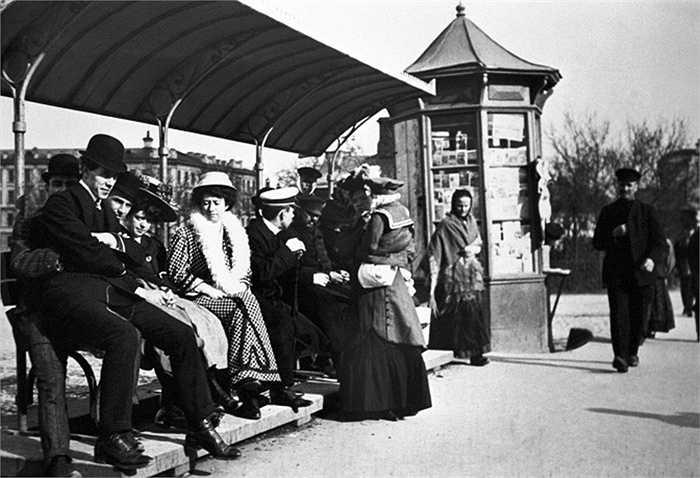 Hành khách tại một điểm dừng xe điện năm 1910