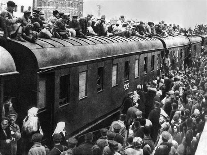 Hành khách ở trạm xe lửa Nikolayevsky, 1917