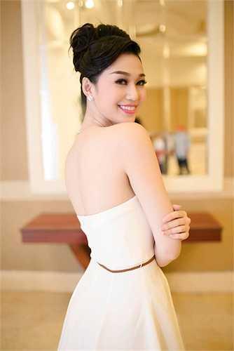 Khánh My là một trong những mỹ nhân Việt chăm chỉ khoe lưng ong quyến rũ