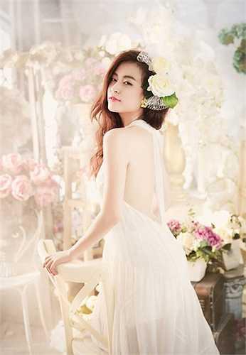 Vẻ đẹp ngọt ngào của Hoàng Thùy Linh trong chiếc váy voan
