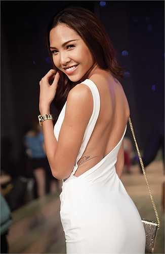 Điểm thắt eo đẹp mắt giúp Minh Triệu luôn hấp dẫn trong các thiết kế bó sát hở lưng