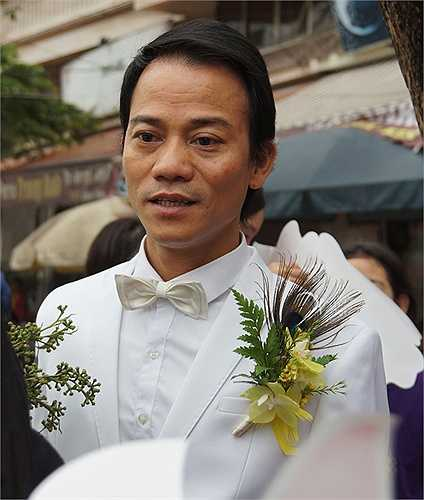 8h ngày 14/3, chú rể Chế Phong diện vest trắng bảnh bao để đi từ Đào Tấn sang nhà gái nằm trên đường Nguyễn Trãi làm lễ rước dâu.
