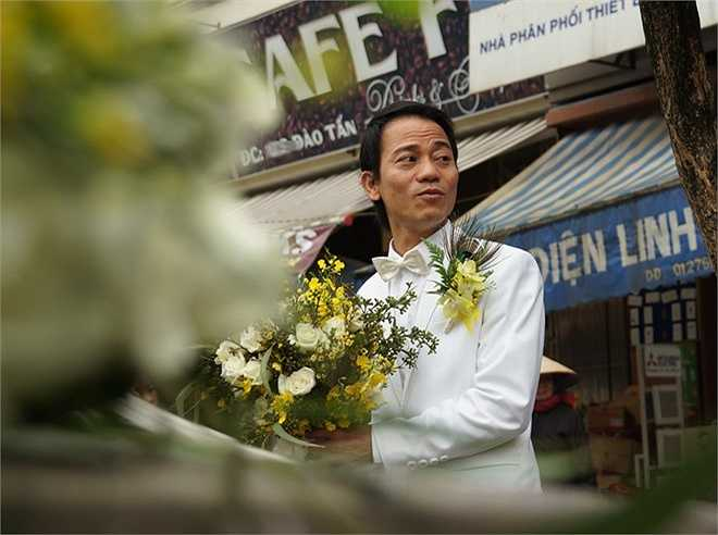 Trước ngày cưới, Chế Phong không khỏi lo lắng vì thời tiết Hà Nội có mưa phùn suốt hai tuần qua. Tâm trạng anh phấn chấn hơn nhiều vì trong ngày vui của mình, thời tiết se lạnh và khô ráo.