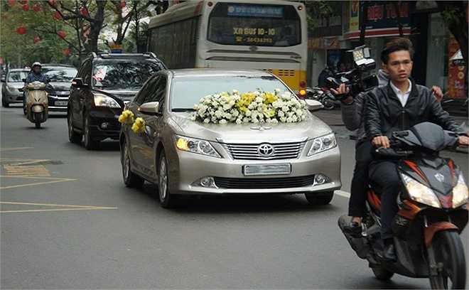 Xe đón dâu của Thanh Thanh Hiền và Chế Phong được trang trí khá đơn giản với những bông hoa hồng trắng và vàng xen kẽ.
