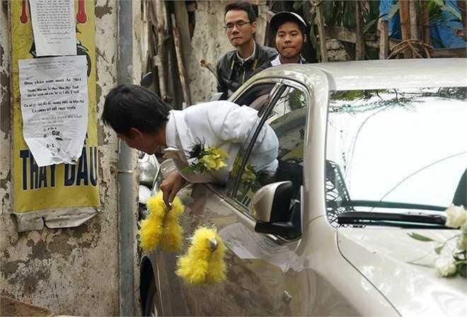 Vì lối vào nhà Thanh Thanh Hiền khá nhỏ nên Chế Phong phải mở cửa kính ôtô, nhoài người ra ngoài để chỉ đường cho tài xế lái xe.