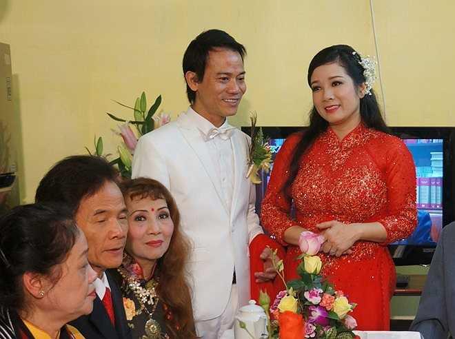Cả Chế Phong và Thanh Thanh Hiền đều từng trải qua những sóng gió trong hôn nhân. Con trai Chế Linh đã hai lần đổ vỡ. Anh có ba người con, trong đó con lớn nhất năm nay 19 tuổi, con nhỏ nhất mới 3 tuổi. Riêng Thanh Thanh Hiền cũng mất thời gian dài vượt qua nỗi buồn sau cuộc ly hôn với nghệ sĩ đàn bầu Hoàng Anh Tú. Hai con gái của chị đang sống với chồng cũ.