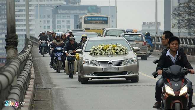 Sau khi làm lễ rước dâu tại nhà gái trên đường Nguyễn Trãi, xe đón dâu đưa cặp uyên ương tới khu vực Nhà Hát Lớn chụp ảnh trước khi về nhà riêng ở Đào Tấn.