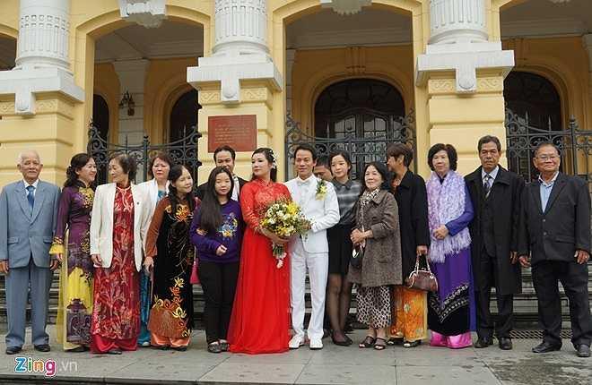 Thanh Thanh Hiền - Chế Phong chụp ảnh lưu niệm cùng họ hàng đôi bên trước cửa Nhà Hát Lớn.