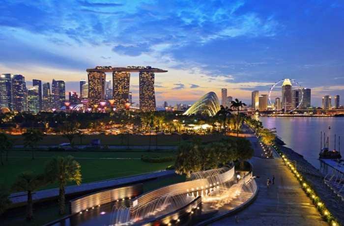 Với nhiều cặp đôi đang yêu, khoảnh khắc bên nhau trên du thuyền lướt quanh đảo quốc Singapore; tay trong tay bước trên đường đi bộ bên vịnh Marina rực sáng; dạo quanh vườn hoa hồng rực rỡ của Gardens by the Bay...sẽ gợi nên những cảm xúc sống động, thăng hoa.