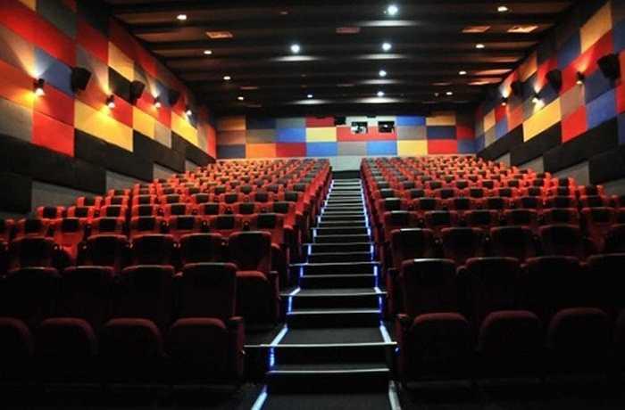 Ở Hà Nội, có rất nhiều rạp chiếu phim như: Trung tâm chiếu phim quốc gia, Megastar Vincom, The Gardern, Megastar Mipec…cũng là điểm hẹn hò của các đôi tình nhân.