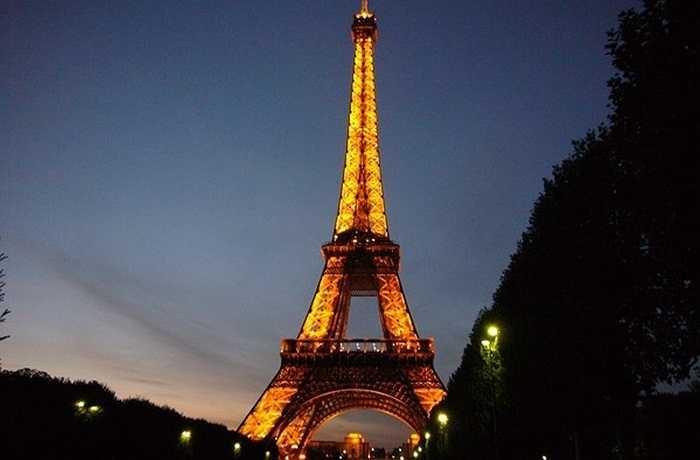 Không thể bỏ qua Paris - thành phố được coi là lãng mạn nhất thế giới mỗi dịp Valentine. Lên trên tầng cao nhất của tháp Eiffel, nhấm nháp một tách cà phê nóng cùng với người mình yêu thương, hẳn sẽ là một cảm giác khó quên mà các cặp đôi không muốn bỏ lỡ.