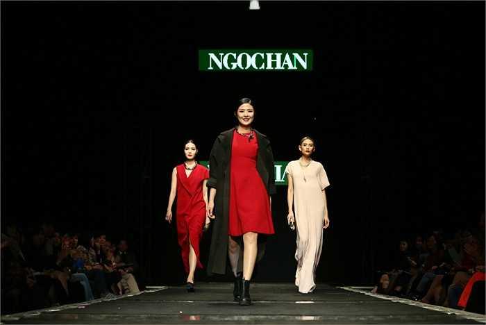 Hoa hậu Ngọc Hân tự tin sải bước trên sàn catwalk khi trình diễn những thiết kế của chính mình.