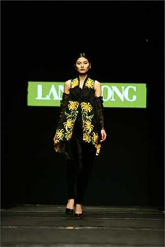 Đêm diễn đầu tiên kết thúc với nhiều cảm xúc đã khẳng định tính chuyên nghiệp của Tuần lễ thời trang Việt Nam Thu đông 2015 ở thời điểm hoạt động và chất lượng bộ sưu tập.