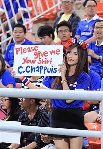 Fan nữ giơ tấm biển xin áo đấu của Chappuis trên khán đài.