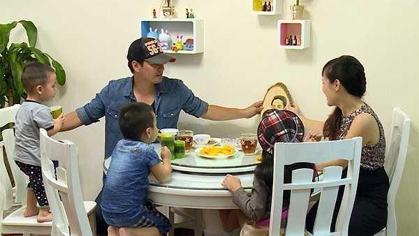 MC Phan Anh là người rất kín tiếng chuyện riêng tư gia đình. Mặc dù giấu kín bà xã với truyền thông nhưng trong chương trình Bố ơi! Mình đi đâu thế?, Phan Anh đã khoe vợ và tổ ấm.