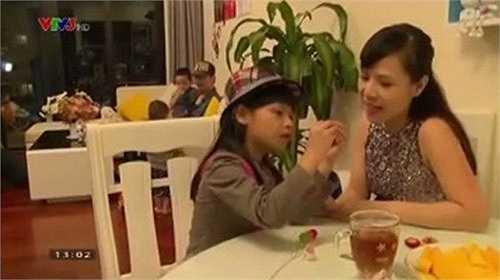 Dù chỉ xuất hiện vài giây ngắn ngủi nhưng hình ảnh bà xã của MC nổi tiếng khiến công chúng bất ngờ và chú ý. Mới đây, thêm một số hình ảnh của vợ Phan Anh được đăng tải khiến khán giả bớt tò mò về 'bà xã' của MC nổi tiếng.