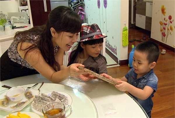 Vợ MC Phan Anh bằng tuổi anh (sinh năm 1981), hiện đang làm việc trong lĩnh vực ngân hàng. Dù có 3 con nhưng cô vẫn trẻ trung và xinh đẹp.