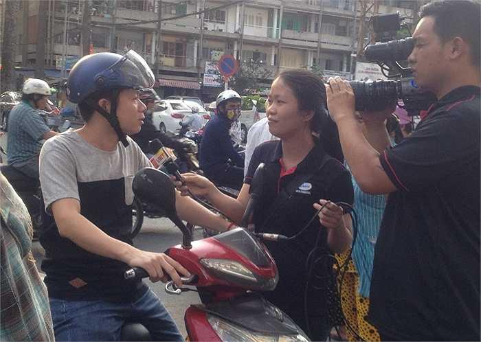 Một số phóng viên ghi hình tại hiện trường bị hăm dọa: 'Chụp đi, chụp đi, lát tôi xách xe giựt máy ảnh của ông luôn'.